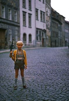 Thomas Hoepker - Boy with toy gun, Görlitz, 1976