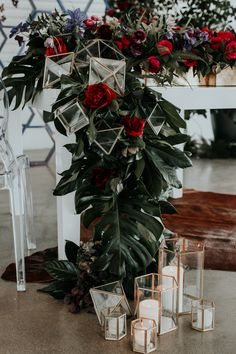 Love the way they incorporated the geometric decor as candle holders and accents in the garlands | Image by Jessie Schultz Photography