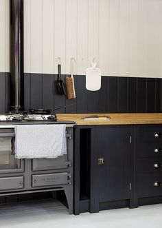 Two-tone kitchen and black cabinets Kitchen Industrial Design, Modern Kitchen Design, Kitchen Interior, Kitchen Decor, Kitchen Designs, Kitchen Maker, Kitchen Stove, Kitchen Cabinets, Black Cabinets