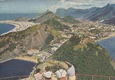 Imagens do Rio Olhando para baixo na Praia Vermelha e Copacabana além do alto do Pão de Açúcar na década de 1950 mid