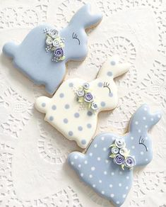 Celebrate Easter with the best Easter cookies. Here are the best Easter Sugar Cookies ideas. These Easter cookies decoration with royal icing are so cute. Fancy Cookies, Iced Cookies, Holiday Cookies, Cookies Et Biscuits, Cupcake Cookies, Decorated Sugar Cookies, Easter Biscuits, Easter Cupcakes, Easter Cookies