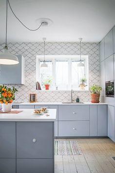 Grey kitchen cabinets with fish scale tile backsplash // Skip the Subway Tile: 9 Totally Gorgeous Alternatives for Your Kitchen Updated Kitchen, New Kitchen, Kitchen Dining, Kitchen Decor, Kitchen Sink, Apartment Kitchen, Kitchen Interior, Home Design, Design Ideas