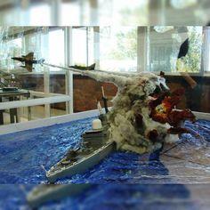 Wow!!! Argentinian A-4 attacking Conqueror at Malvinas War diorama. Unknow Modeler #scalemodel #plastimodelismo #war #guerra #guerre #usinadoskits #udk #plasticmodel #plastimodelo #modelismo #modelism #modelisme #scalemodelsworld #hobby #miniatura #miniature #maqueta #maquete #bataille