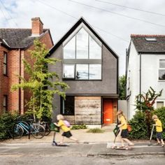 Waind Gohil Architects puts a contemporary<br /> spin on Oxford's gabled houses Roof Architecture, Residential Architecture, Roof Styles, House Styles, House Cladding, Facade House, Gable House, Modern Contemporary Homes, Narrow House