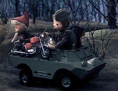 Der Sandmann im Dienste der DDR Das Sandmännchen fährt im Schützenpanzer mit.Bildrechte: MDR/RBB  Hilfbereite Soldaten: Der Sandmann hat eine Panne mit seinem Moped. Kurzerhand verladen die Soldaten das Gefährt auf ihrem Panzer.