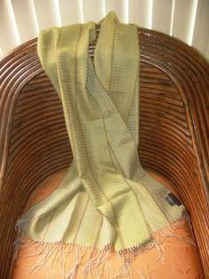 Grüner #Webschal aus #Babyalpaka #Wolle und #Seide. Eleganter #Schal aus kostbarer Babyalpaka Wolle und Seide gewebt. Luftig leicht und extra groß