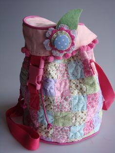 Bolsa infantil feita de tecido de algodão e lonita. Alça com 90 cm. R$48,00