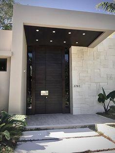 Modern Entrance Door, Main Entrance Door Design, Modern Exterior Doors, Black House Exterior, Wood Exterior Door, Exterior Front Doors, Front Door Design, House Entrance, Design Entrée