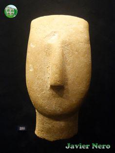 Pertenece a una figurilla a gran escala de tipo canónico, variedad Spedos. Museo del Arte Cicládico, Atenas.