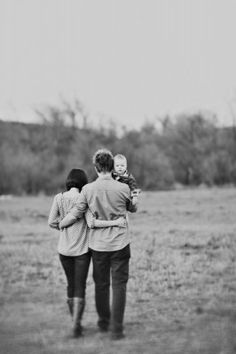 Cute family of 3 photo! Family Picture Poses, Fall Family Pictures, Photo Couple, Family Photo Sessions, Family Posing, Baby Pictures, Family Portraits, Family Pics, Baby Portraits