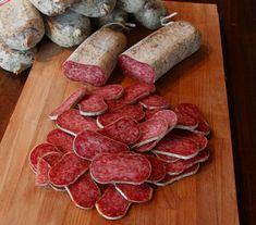 Salame Aquilano - E' il salame tipico dal gusto deciso e genuino. Preparato con carne di puro suino, legato a mano e schiacciato come una volta con tavole di legno. Da accompagnare con il sapore intenso del Montepulciano d'Abruzzo e con una fetta di pane casereccio.