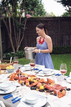 How to Host a Summer Clam Bake HOUSE of HARPER - Shared Hosting - Nothing says summer is here quite like a summer clam bake on a lawn surrounded by friends sippingrosé. Here are 5 tips on How to Host a Summer Clam Bake by House of Harper Lobster Bake Party, Shrimp Boil Party, Lobster Boil, Seafood Party, Seafood Dinner, Seafood Boil Recipes, Clam Recipes, Seafood Bake, Oven Recipes