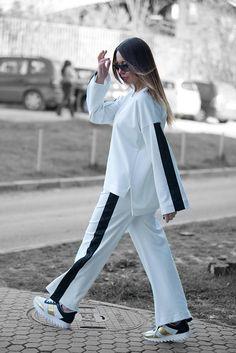 White Tracksuit, White Elegant Sports Set, Wide Pants, White wide top by EUG FASHION - İslami Erkek Modası 2020 - Tesettür Modelleri ve Modası 2019 ve 2020 Shorts Outfits Women, Womens Workout Outfits, Sport Outfits, Hiking Outfits, Fitness Outfits, Jogging Outfit, White Tracksuit, Sport Fashion, Fashion Outfits