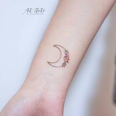 Bonito Media luna con flores por Luciana Periard Art Efeito Small Moon Tattoos, Tiny Tattoos For Girls, Cute Tiny Tattoos, Dainty Tattoos, Dream Tattoos, Mini Tattoos, Body Art Tattoos, Tattoos For Women, Tatoos