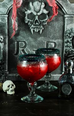 Raspberry margarita with peach made with raspberry puree, peach juice, lime, and tequila make this the perfect blood red Halloween cocktail! Pasteles Halloween, Dulces Halloween, Halloween Bebes, Fete Halloween, Halloween Food For Party, Halloween Treats, Classy Halloween, Halloween Apps, Spooky Halloween