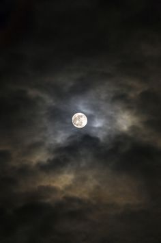 Moonlight Photography, Moon Photography, Luna Moon, Night Aesthetic, Moon Pictures, Beautiful Moon, Moon Lovers, Above The Clouds, Dark Wallpaper