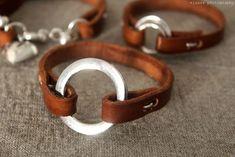 elsass: DIY: Leather bracelets via poppytalk. Bracelet En Cuir Diy, Diy Leather Bracelet, Leather Cuffs, Leather Earrings, Diy Jewelry Leather, Leather Jewelry Tutorials, Sewing Leather, Leather Belts, Leather Case