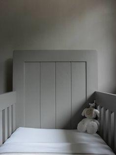 Het bedje is handgemaakt en geschilderd in de kleur Gritti van Carte Colori. FB: B&W stijl - Brons&Wijnen Little People, Kids Bedroom, Baby Room, Black And White, Wood, Room Ideas, Furniture, Home Decor, Decoration Home