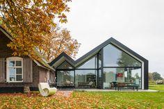 So harmonisch kann man Trend und Tradition kombinieren: Ein moderner Glasanbau von Maas Architekten neben dem Reetdachhaus.