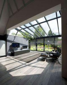 Veel licht & houten vloer...- ziet er zeer luxe uit zo. Warme uitstraling.