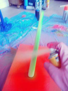 Clavamos en vertical la pata a pintar para facilitarnos el trabajo, nosotras hemos tirado de la caja del packaging de la banqueta