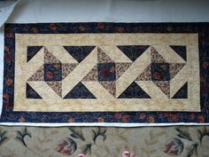 Sewing & Quilt Gallery: Pretty table runner
