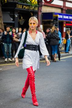 How To Wear Belts Break Up a Dotted Dress With a Waist Belt or Corset - Discover how to make the belt the ideal complement to enhance your figure.