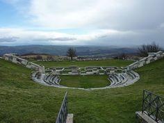Rund um Isernia befinden sich viele interessante Ortschaften und Sehenswürdigkeiten, wie beispielsweise die Ruinen eines Samnitischen Theater-Tempel-Komplexes bei Pietrabbonante, der im 2. Jahrhundert v. Christus auf einem Hügel mit beeindruckendem Panorama errichtet wurde. Foto: www.italia.it