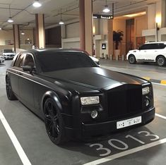 Matte blacked out Rolls Royce Phantom Dagobert Duck, Rolls Royce Black, Matte Cars, Royce Car, Bentley Rolls Royce, Rolls Royce Phantom, Car Goals, Sweet Cars, Custom Wheels