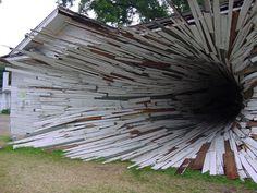 The Hole House - Texas, Estados Unidos, a grande diferença desta casa está na fachada: em vez de uma porta comum, o visitante entra através de um buraco construído por tacos de madeira, como um túnel. Os responsáveis pela façanha são Dan Havel e Dean Ruck.