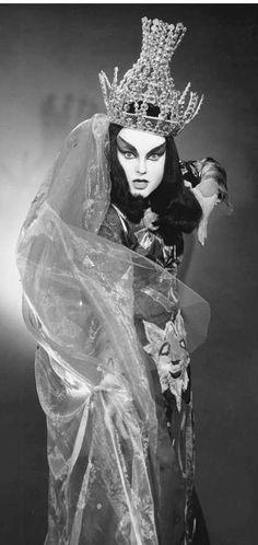 Lucia Popp as queen