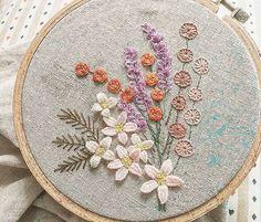 장미 다 뜯고 ~~ 아직 수놓을 꽃들이 많아요. 잎도 수놓아야 하고 천천히 하자~~ #꽃다발 #자수  #금오산산책길 #자수나무 #프랑스자수