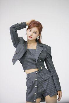 Kpop Girl Groups, Korean Girl Groups, Kpop Girls, Stage Outfits, Kpop Outfits, Tzuyu Body, Sana Momo, Chou Tzu Yu, Tzuyu Twice