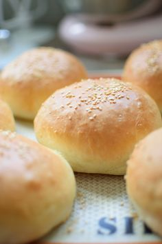 Pains burger hyper moelleux – Basic Homemade Bread Recipe – The healthiest bread to make? Homemade Hamburger Buns, Homemade Hamburgers, Hamburger Recipes, Ham Recipes, Pizza Recipes, Cooking Bread, Cooking Chef, Cooking Pasta, Cooking Bacon