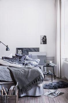 Sovrum i gråa toner och trägolv
