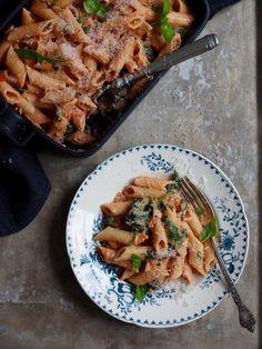 Pasta med spinat og kremet tomatsaus