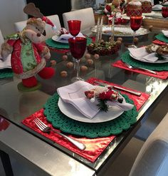 Vem chegando o Natal! Adult Christmas Party, Christmas Lunch, Christmas Time, Christmas Ornaments, Xmas Table Decorations, Decoration Table, Christmas Table Settings, Christmas Tablescapes, Boxing Day