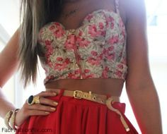 This summer take the cropped tops trend which ruled at the designer runway shows to the next level by wearing bustier tops. Look Fashion, Teen Fashion, Fashion Beauty, Fashion Clothes, Fashion Bible, Big Fashion, Dress Fashion, Estilo Floral, Summer Outfits