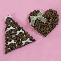 Кофейные магниты - прекрасная идея для приятного сувенира. Запах кофе отлично бодрит, а такую ароматерапию любят многие. Сделать маленькие магнит с запахом кофе совсем несложно, а идеей для воплощение может послужить всё, что угодно.Сегодня вы увидите подборку мастер-классов на тему, как сделать кофейные магниты своими руками.