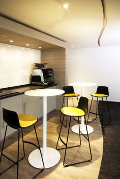 The aim is to just provide lunching employees somewhere to eat. In the past several years, games have turned into a fantastic way to have a break room to the next level. Flex Office, Office Break Room, Office Workspace, Office Interior Design, Office Interiors, Interior Ideas, Office Kitchenette, School Cafe, Cafe Bistro
