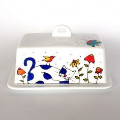 Butter dish - Cat Life is beautiful hand painted by artist Isabelle Malo size: 4 x 7 x 4 Hand wash cleaning is recommend. Ceramic Plates, Ceramic Pottery, Butter Bell, Butter Pasta, Steak Butter, Butter Shrimp, Ceramic Butter Dish, Pottery Painting Designs, Cat Flowers
