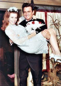 Il matrimonio di Johnny Cash e June Carter Cash Johnny Cash June Carter, Johnny And June, Country Music Stars, Country Singers, Country Musicians, Joe Jonas, Robin Williams, Celebrity Couples, Celebrity Weddings