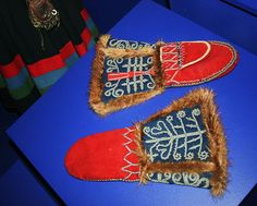 Sami handmade beautiful mittens with tin thread embroidery Lappland, Tribal People, American Indian Art, Textiles, Clothes Crafts, Samara, Traditional Outfits, Textile Design, Handicraft