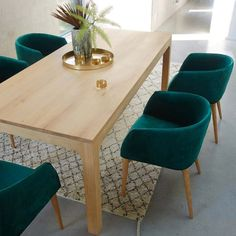 Tapis berbère sous la table de salle à manger Dining Table Design, Dining Room Table, Dining Chairs, Diner Table, Esstisch Design, Design Minimalista, Cafe Chairs, Upcycled Furniture, Vintage Furniture