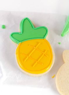 Decorate cut out sugar cookies with this smooth, hard-drying royal icing! This recipe uses 5 simple ingredients including meringue powder, which eliminates the need to use raw egg whites and helps the Cookie Icing That Hardens, Royal Icing Cookies Recipe, Sugar Cookie Royal Icing, Sugar Icing, Easy Sugar Cookies, Royal Icing Recipe Without Meringue Powder, Easy Royal Icing Recipe, Sugar Cookie Icing Recipe Without Corn Syrup, Cookie Decorating Icing