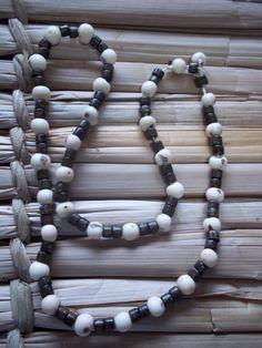 Colar curto em sementes de açaí e contas de madeira.