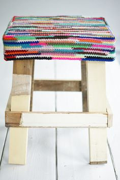 Save tidbits of scrap left over strings and collect by tying together and eventually ending up with a ball you keep adding too. That is the yarn used to make this stool cover. ~~~ wood & wool stool: inside out Crochet Home, Crochet Gifts, Crochet Yarn, Crochet Stitches, Crochet Cushion Cover, Crochet Cushions, Yarn Projects, Crochet Projects, Big Cushions
