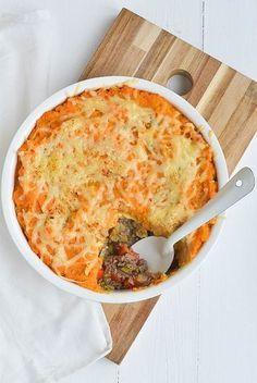 jachtschotel van zoete aardappel1 kg zoete aardappelen 400 gr rundergehakt 2 uien 1 paprika 1 prei 200 ml (rundvlees) bouillon 2 appels (bijv. Jonagold) 50 gr geraspte kaas 2 blaadjes laurier 2 kruidnagelen Snuf nootmuskaat Peper en zout