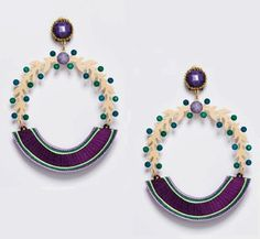 Pendiente de flamenca sobre base en forma de corona de laurel dorada con pequeñas piedras en tonos verdes y turquesas que combinan perfectamente con el color berenjena de la base y de las piedras facetadas.