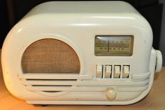 BELMONT Model 5D114 Art Deco Radio (1947). Antique Items, Vintage Items, Vintage Clocks, Vintage Ephemera, Retro Vintage, Radio Record Player, Record Players, Art Deco, Art Nouveau
